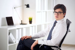Homme d'affaires avec le comprimé sur la chaise Images libres de droits
