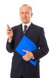 Homme d'affaires avec le crayon lecteur et le dépliant Photos stock