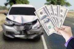 Homme d'affaires avec le dollar et la voiture cassée Photo libre de droits