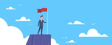 Homme d'affaires avec le drapeau sur le dessus de montagne, le Chef Businessman, la direction et le concept de succès Photo libre de droits