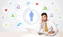 Homme d'affaires avec le fond social de connexion de media Photos stock