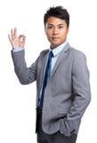Homme d'affaires avec le getsure correct de signe Photographie stock libre de droits