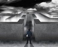 Homme d'affaires avec le labyrinthe, concept d'affaires de prise de décision Image stock