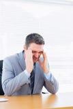 Homme d'affaires avec le mal de tête grave au bureau Photos libres de droits