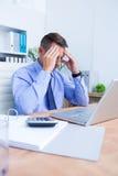 Homme d'affaires avec le mal de tête grave tenant sa tête Photographie stock libre de droits