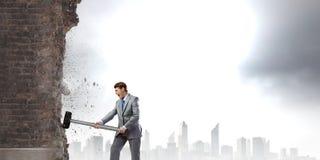 Homme d'affaires avec le marteau Image stock