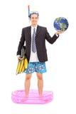 Homme d'affaires avec le masque de plongée tenant la terre Photo stock