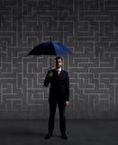 Homme d'affaires avec le parapluie Fond noir avec le copyspace Busi Image stock
