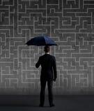 Homme d'affaires avec le parapluie Fond noir avec le copyspace Busi Photographie stock