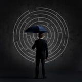 Homme d'affaires avec le parapluie Fond noir avec le copyspace Busi Image libre de droits