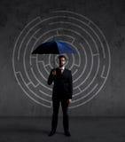 Homme d'affaires avec le parapluie Fond noir avec le copyspace Busi Photographie stock libre de droits