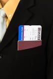 Homme d'affaires avec le passeport et carte d'embarquement dans la poche Photos stock