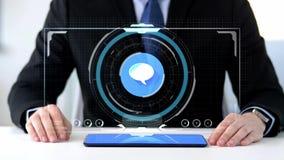 Homme d'affaires avec le PC de comprimé et la projection virtuelle banque de vidéos