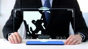 Homme d'affaires avec le PC de comprimé et la projection virtuelle clips vidéos