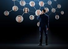 Homme d'affaires avec le réseau d'entreprise virtuel Images libres de droits