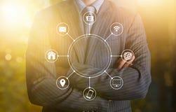 Homme d'affaires avec le réseau de transmission en ligne de multichanel Image libre de droits