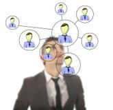 Homme d'affaires avec le réseau en ligne d'amis d'isolement Photographie stock libre de droits