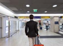 Homme d'affaires avec le sac de chariot Image stock