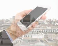 Homme d'affaires avec le smartphone dans la ville photo stock