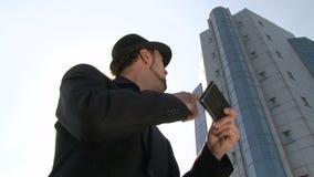 Homme d'affaires avec le smartphone de GPS dans la ville banque de vidéos