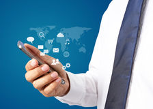 Homme d'affaires avec le smartphone Technologie mondiale de connexion Photo libre de droits