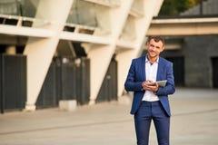 Homme d'affaires avec le sourire de comprimé Photographie stock libre de droits