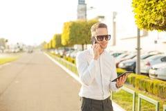 Homme d'affaires avec le téléphone portable et le comprimé dans des mains Photos libres de droits