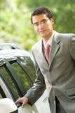 Homme d'affaires avec le véhicule neuf photographie stock libre de droits