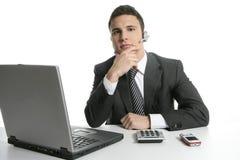 Homme d'affaires avec les écouteurs et l'ordinateur portatif Photo libre de droits