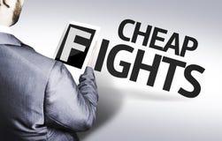 Homme d'affaires avec les combats bon marché des textes dans une image de concept images stock
