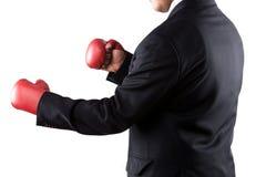 Homme d'affaires avec les gants de boxe s'usants d'assiette Photos libres de droits