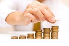 Homme d'affaires avec les pièces de monnaie en hausse Photos stock