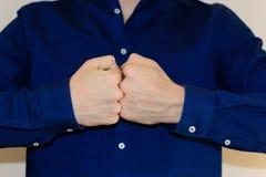Homme d'affaires avec les poings fermés dans la chemise bleue images libres de droits