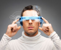 Homme d'affaires avec les verres numériques Photographie stock libre de droits