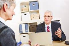 Homme d'affaires avec parler d'ordinateur portable Images libres de droits