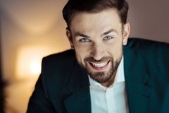 Homme d'affaires avec plaisir exprimant ses émotions Photo stock
