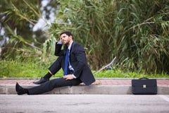 Homme d'affaires avec sa planche à roulettes Photographie stock libre de droits