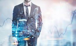 Homme d'affaires avec un comprimé numérique, hologramme de réseau images libres de droits