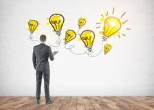 Homme d'affaires avec un dossier, concept lumineux d'idée images stock