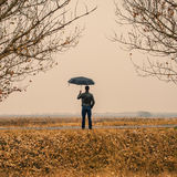 Homme d'affaires avec un parapluie dehors Image libre de droits