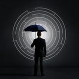 Homme d'affaires avec un parapluie sur un labyrinthe Photos libres de droits