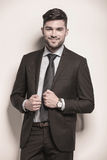 Homme d'affaires avec un sourire affecté mignon sur son visage Images libres de droits