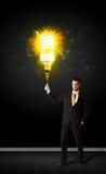 Homme d'affaires avec une ampoule qui respecte l'environnement Photo stock