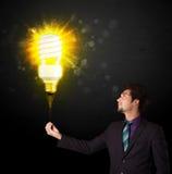 Homme d'affaires avec une ampoule qui respecte l'environnement Photo libre de droits