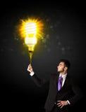Homme d'affaires avec une ampoule qui respecte l'environnement Image stock