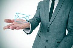 Homme d'affaires avec une enveloppe Photos libres de droits
