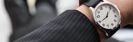 Homme d'affaires avec une montre image stock