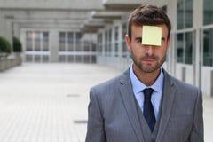 Homme d'affaires avec une note sur son front Images libres de droits