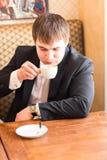 Homme d'affaires avec une tasse de café dans le café images libres de droits