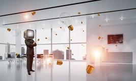 Homme d'affaires avec une vieille TV au lieu de tête Photographie stock libre de droits